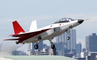 初飛行する先進技術実証機「X―2」(22日午前、愛知県営名古屋空港)=写真 今井拓也