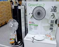 SIENT(左)とグリーンファン2(右)。都内の販売店では軒並み在庫切れとなっている(東京・千代田のヨドバシカメラマルチメディアAkiba)