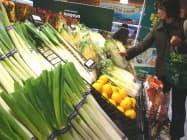 野菜は多くの品目で値下がりしてきた(東京都小平市のいなげや小平学園西町店)