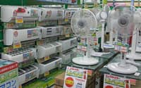 品不足が続いた扇風機が再び店頭に並び始めている(東京都千代田区のビックカメラ有楽町店)