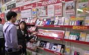 携帯会社はスマートフォン(高機能携帯電話)販売で様々な割引サービスを提供している(東京都武蔵野市のイーブーム吉祥寺店)