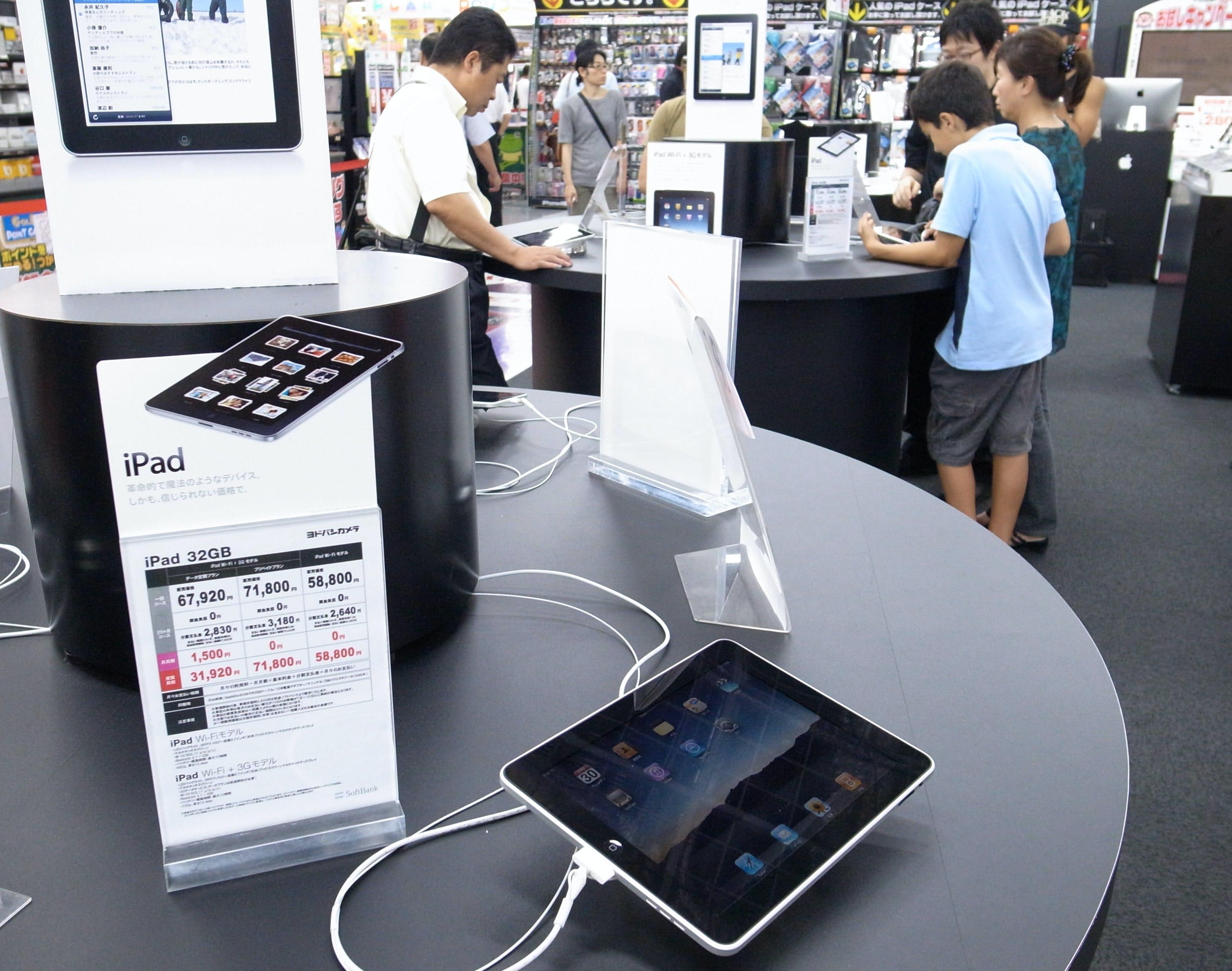 好調な販売が続いている米アップルのiPad(東京都千代田区のヨドバシカメラマルチメディアAkiba)