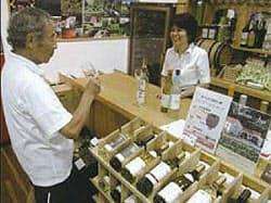 試飲などで山梨県産のファン拡大に力を入れている(東京・日本橋の「富士の国やまなし館」)