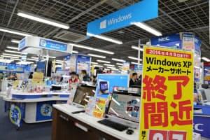 消費増税とXPサポート終了のダブルの駆け込み需要に沸くパソコン売り場。15万円前後と高額な国内大手メーカーのノートパソコンが売れ筋だという