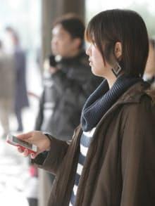 スマホを使う若い女性が急増している(東京・原宿駅前)