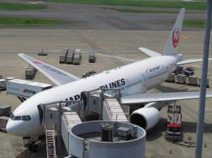 ネット接続サービスを提供している機体は、中央上部に楕円形の膨らみが付いている(17日、東京・羽田空港)