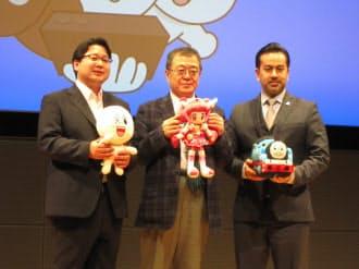 「LINE KIDS動画」の発表会で登壇するLINEの舛田淳最高戦略・マーケティング責任者(左)ら(20日、東京・千代田)