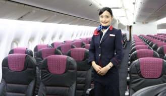 普通席とクラスJの新座席搭載機を28日に運航開始したJAL。今夏に電子機器の利用規制緩和や機内ネットサービスも加わり、ハードとソフトの両面で快適な空の旅を楽しめる(27日、東京・羽田空港)