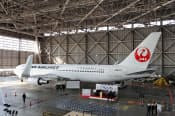 JALが今後の主力機種として位置づける767-300ER。燃費向上と座席の快適さアップの両方を実現し、中距離路線を担わせる
