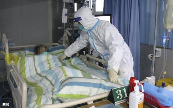 中国・武漢の病院で患者の対応に当たる医療従事者(1月)=共同