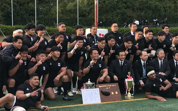 ラグビー関西大学リーグで5連覇を果たし喜ぶ天理大の選手ら(11月29日)