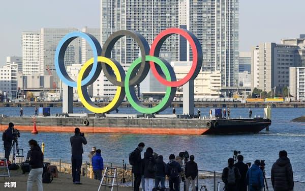 東京・お台場海浜公園内の水上に再びお目見えした五輪マークのモニュメント=共同