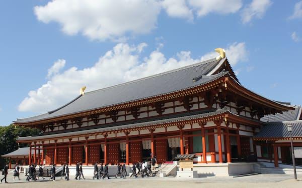 仏足跡歌碑と仏足石が安置されている薬師寺の大講堂(奈良市)