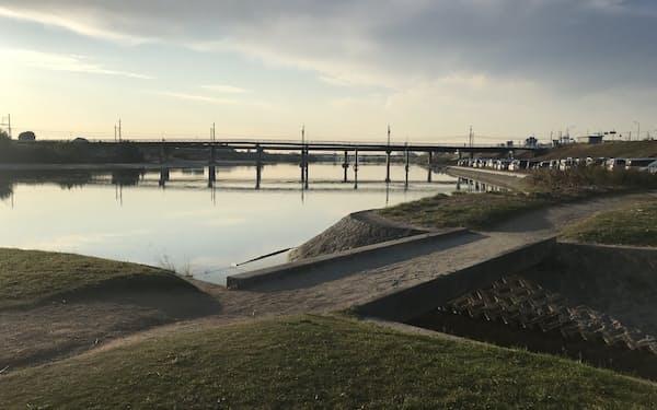 大和川の付け替え点。鉄橋の向こうが西の堺方面で、手前は農業用水(旧大和川)の取水口
