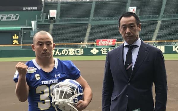 就任1年目で関学大を甲子園ボウル出場に導いた大村監督(右)。左は鶴留輝斗主将(11月30日、甲子園球場)