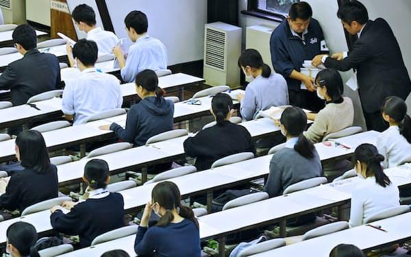 大学入学共通テストの試行調査(プレテスト)に臨む高校生(2018年11月、東京都目黒区)
