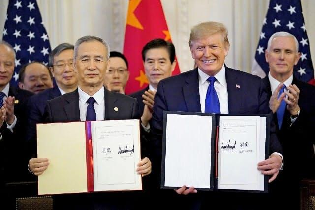 中国が対米輸入を大幅に増やす「第1段階の合意」の実現は不透明だ(1月にホワイトハウスで開いた署名式)=ロイター