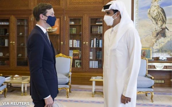 2日、会談するクシュナー米大統領上級顧問㊧とカタールのタミム首長(ドーハ)=カタール国営通信・ロイター