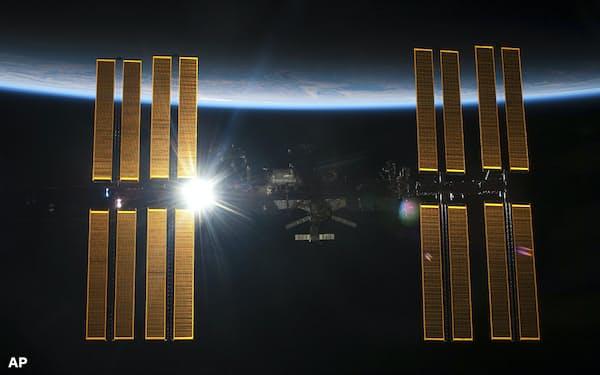 国際宇宙ステーションは約90分で地球を1周し1日16回の夜を迎える (NASA提供)=AP