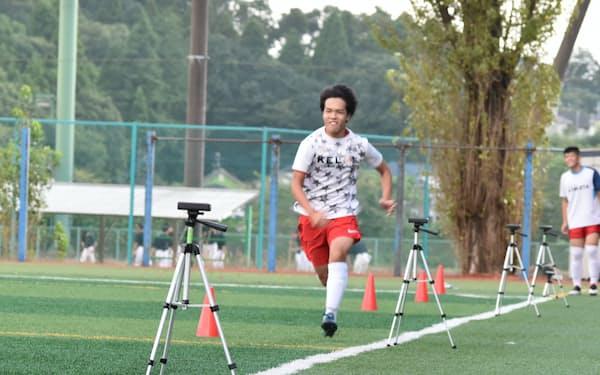 ダッシュする選手の速さをセンサーが5メートルおきに測る(千葉県酒々井町の東京学館高での測定会)