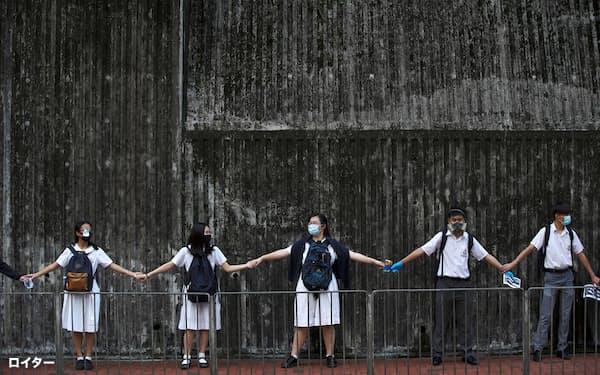 大規模デモには多くの中高生も参加した(2019年9月、香港)=ロイター