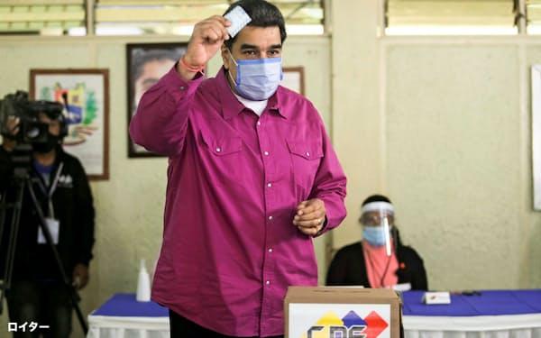 投票所で投票するベネズエラのマドゥロ大統領(6日、カラカス)=ロイター