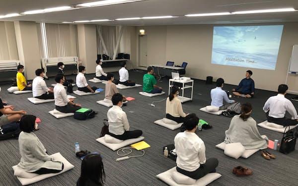 三栄建築設計は3年目研修にメロンの瞑想プログラムを導入した。