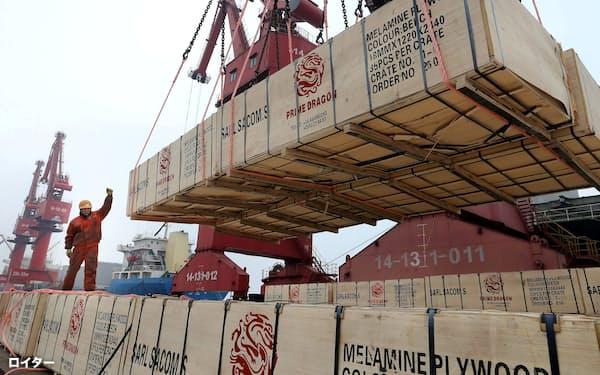 マスクなど新型コロナ関連をけん引役に中国の輸出は堅調だが…(江蘇省の連雲港)=ロイター