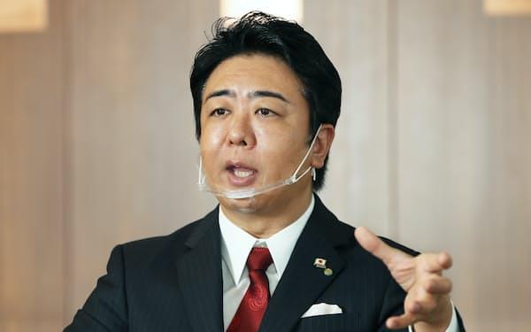 インタビューに答える、福岡市の高島宗一郎市長