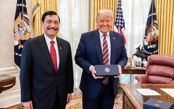 ホワイトハウスでトランプ米大統領㊨と面会するインドネシアのルフット海事・投資担当調整相(11月中旬)=インドネシア政府提供