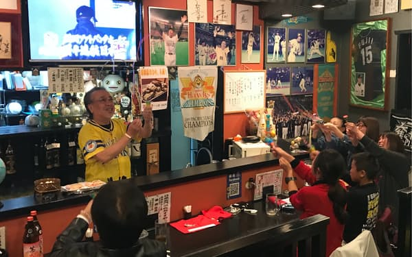 ホークス4連覇が決まった瞬間、クラッカーで祝福する居酒屋「勝鷹」の店主と来店客(福岡市)