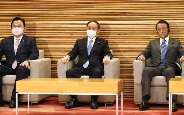 臨時閣議に臨む菅首相(8日、首相官邸)