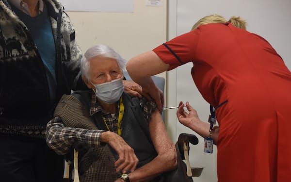 8日、英南部ポーツマスの病院で新型コロナウイルスのワクチン接種を受ける高齢者(ゲッティ=共同)