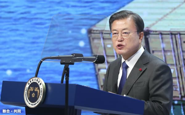 8日、ソウル市内で開かれたイベントで発言する韓国の文在寅大統領(聯合=共同)