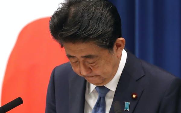 記者会見で辞意を表明し、国民に陳謝する安倍前首相(8月28日、首相官邸)