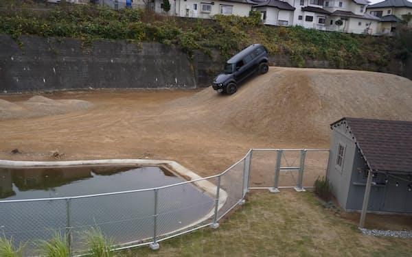 ジャガー・ランドローバー柏エクスペリエンスセンターは急斜面や深い池などのオフロード運転を体験できる(千葉県柏市)