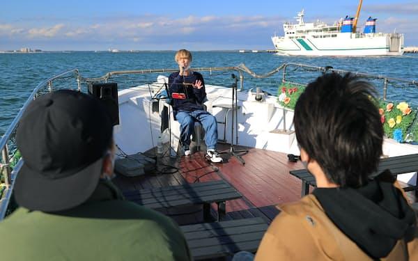 船上で歌うアーティストの石米陽輝さん(福岡市)