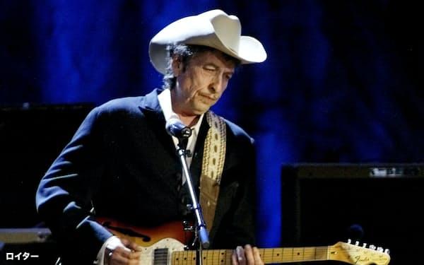2004年、米ロサンゼルスでのコンサートに出演したボブ・ディランさん=ロイター