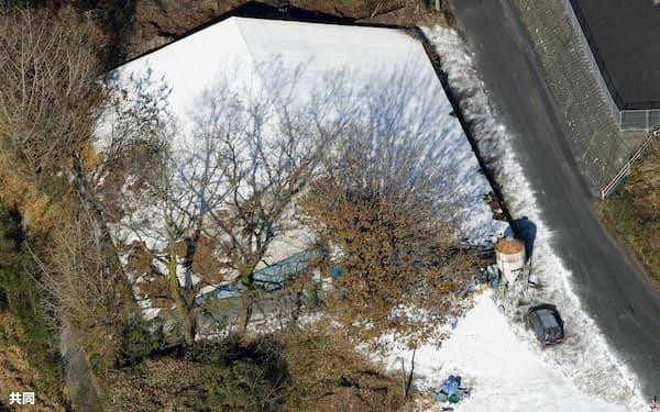鳥インフルエンザが確認された大分県佐伯市の養鶏場(10日午前10時5分)=共同通信社ヘリから