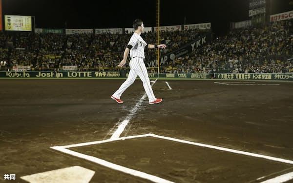 引退セレモニーを終え引き揚げる阪神の藤川投手。観客の入場は定員の4割にとどめられた(11月、甲子園)=共同
