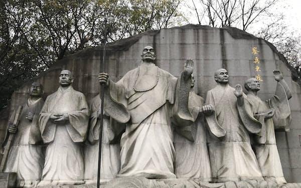 大明寺に続く参道の手前には巨大な鑑真像がある。
