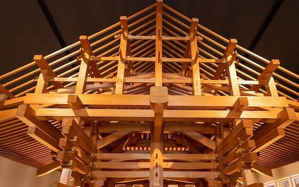 堺市にある金剛組の関西加工センターの一角では建築方式などを分かりやすく展示する(写真 大亀京助)