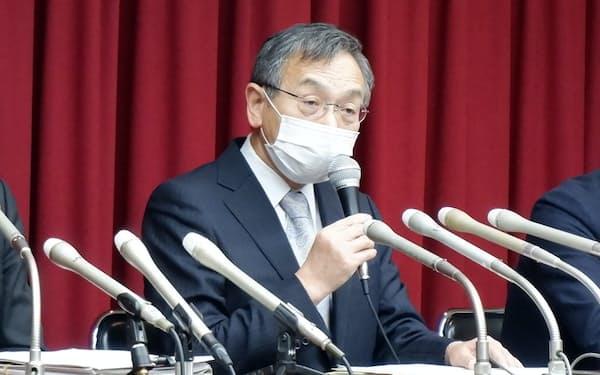 記者会見をする北大前学長の名和氏(10日、札幌市)