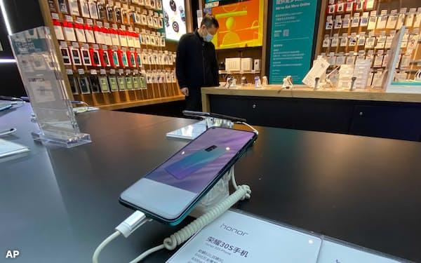ファーウェイが事業売却したオナーのスマートフォン=AP