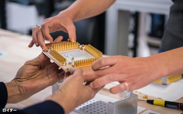 量子コンピューターの分野でも米中の競争は激化している(グーグルが公開した量子コンピューターの部品)=ロイター