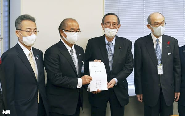 要望書を与党整備新幹線建設推進PTの細田博之座長(右から2人目)に手渡す3県知事=11日