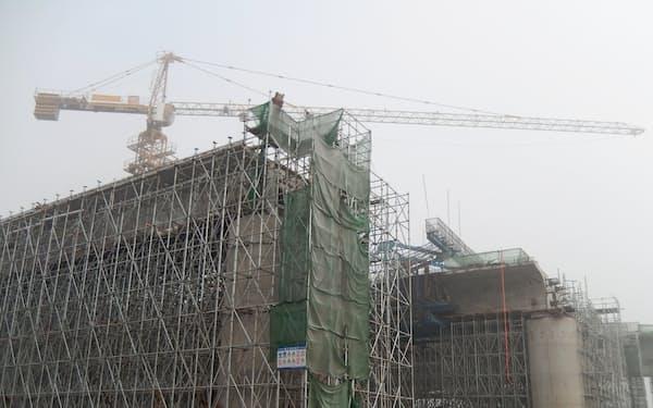 中国政府は景気対策でインフラ投資を積み増してきた(河南省鄭州市の高速鉄道建設現場、19年1月撮影)