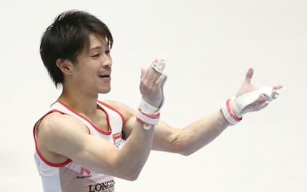 体操の全日本選手権、種目別の鉄棒で3年ぶり5度目の優勝を果たした内村航平
