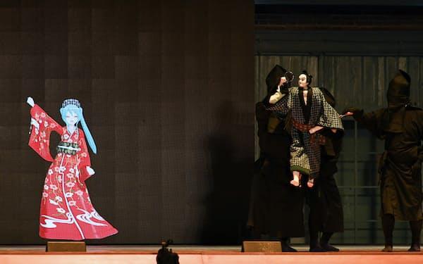 「女殺油地獄」の与兵衛の人形が初音ミクに合わせて手足を動かす(昨年10月、群馬県の富岡製糸場)=今村幸祐撮影