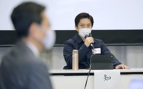 大阪府新型コロナウイルス対策本部会議であいさつする吉村府知事(14日、大阪市中央区)